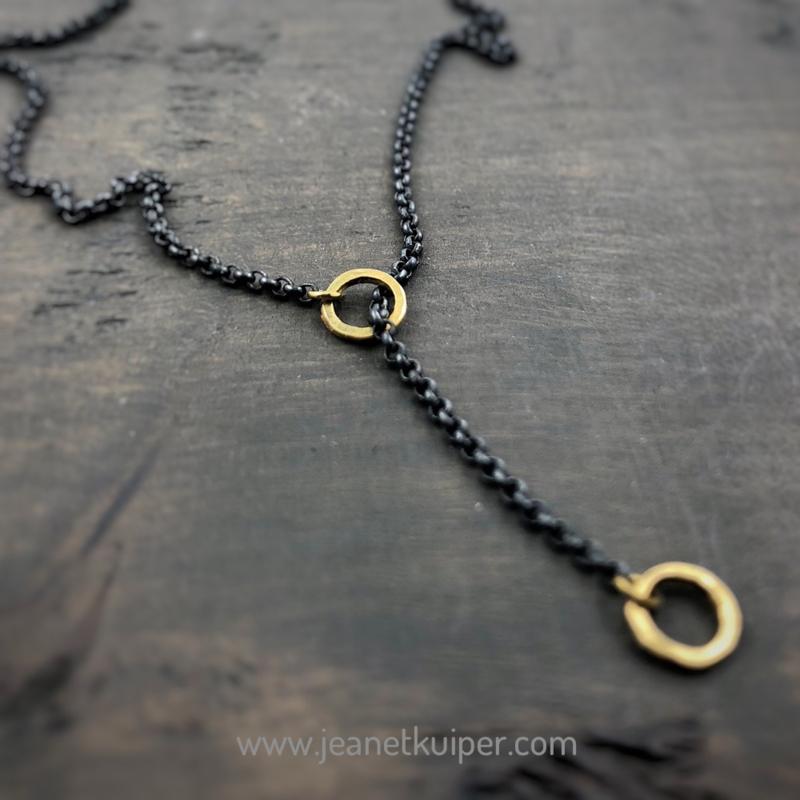 collier met gouden ringetjes