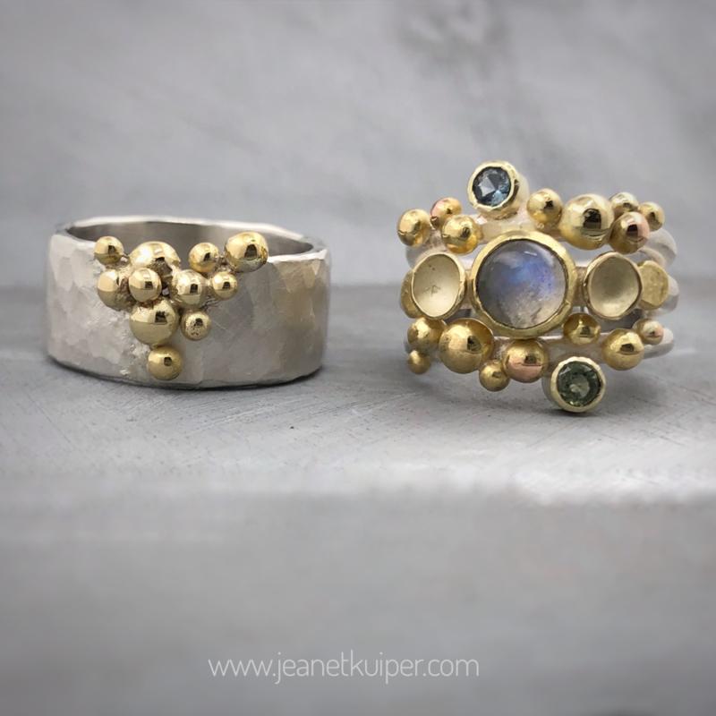 Goud en zilver, balletjes, maansteen en saffier.