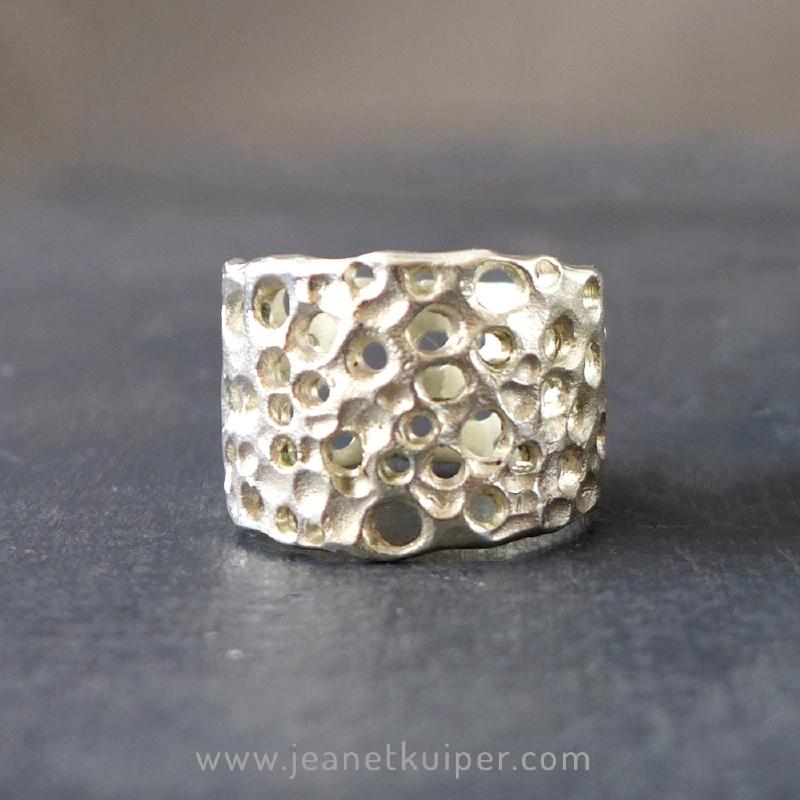 gaatjesring in zilver of gezwart zilver