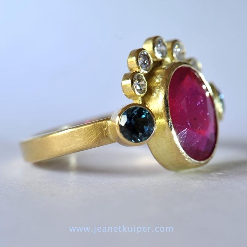 ring met robijn, topazen en diamanten in 18k geelgoud