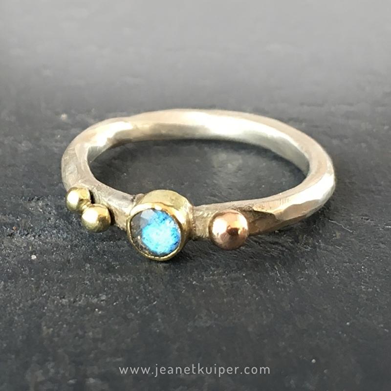 ring met drie gouden balletjes en labradoriet