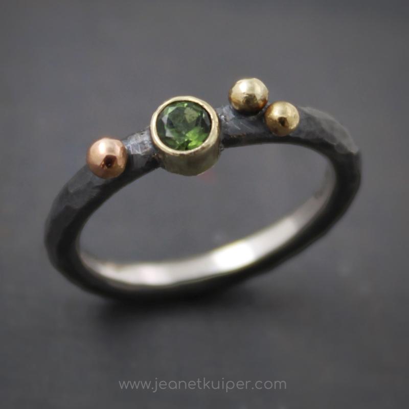 ring met drie gouden balletjes en groene toermalijn