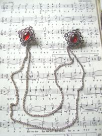 BO03 - Zilverkleurige bodice sieraad met rode facetstenen