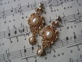 OB05 - Barok oorbellen in goud met parels