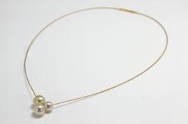 Schmuck werk gouden collier met 3 goudkleur  parels