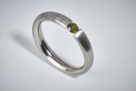 Platina spanring met groene diamant