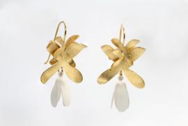 Deco Echo bloem oorbellen ( goud/wit )