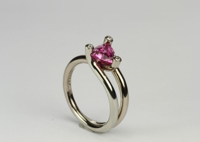 Verlovingsring met roze saffier witgoud