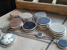 Leerinzet in antique zilverkleurige setting. Ketting, armband.