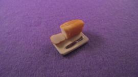 Brood op een plank met mes