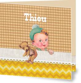 Geboortekaartje Thieu | jongetje in bed geel bruin