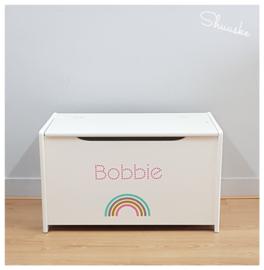 Houten speelgoedkist met naam en regenboog