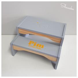 Grijs houten keukentrapje / opstapje met naam / Jabadabado Step Stool