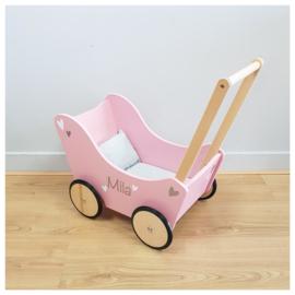 Roze poppenwagen met naam en dekentje