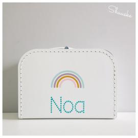 Kinderkoffertje met naam en regenboogje