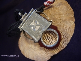 T 48 Toeareg amulet met carneool / Tuareg amulet with carnelean