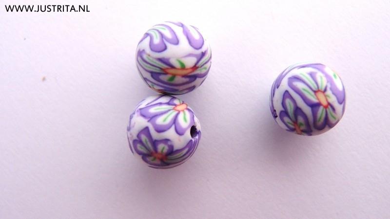 Handgemaakte Fimo kraal wit met paarse bloem 10mm (10 stuks)