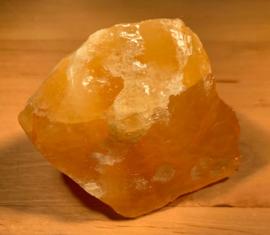 Oranje calciet ruw, nummer 7, 79 gram