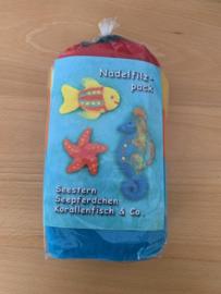 Naaldvilt pakket vis, zeester en zeepaartje, inhoud wol en 1 viltnaald 3 pijpenragers beschrijving in het Duits. Extra benodigdheden zie beschrijving
