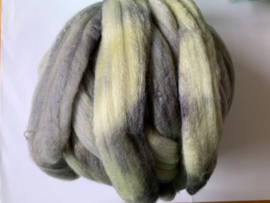 Zelf geverfde merinowol met zijde, 120 grijs groen, per 50 gram