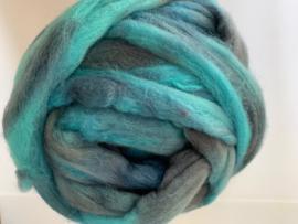 Zelf geverfde merinowol met zijde, nummer 162 turquoise spijker, per 50 gram