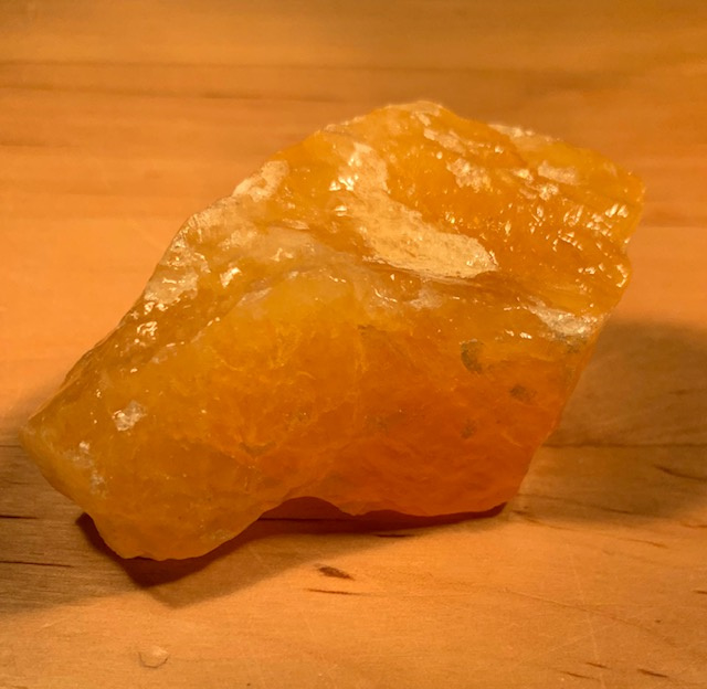 Oranje calciet ruw, nummer 6, 77 gram