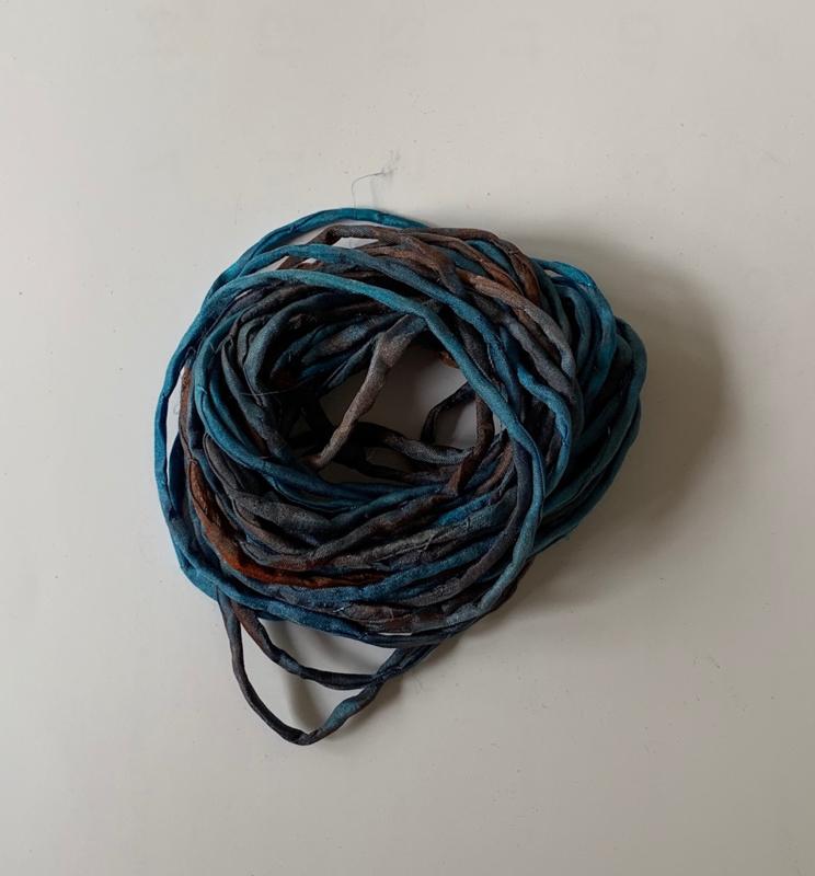 Gerolde ponge zijdedraad, blauw bruin paars tinten, per 5 meter, nummer 34