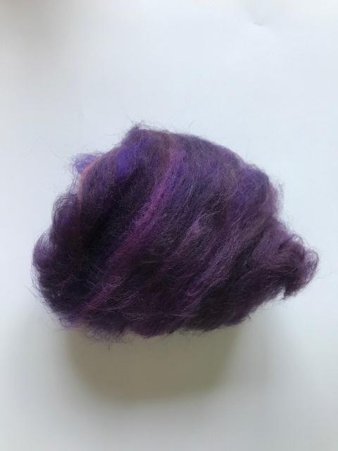 Gekaarde merinowol, donker paars tinten, per 25 gram