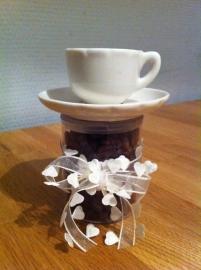 koker met koffie kop en schotel opgemaakt