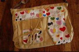 vrolijke tas met hartjes uitvoering met hengsel