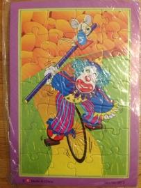 puzzel type clown op fiets