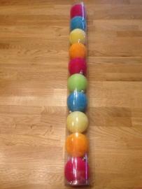koker gevuld met kerstballen gekleurd