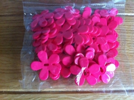 plastic bloem met gaatje fuchsia prijs per stuk