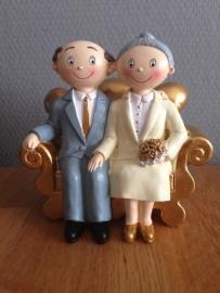 taarttopper bruidspaar op gouden bank