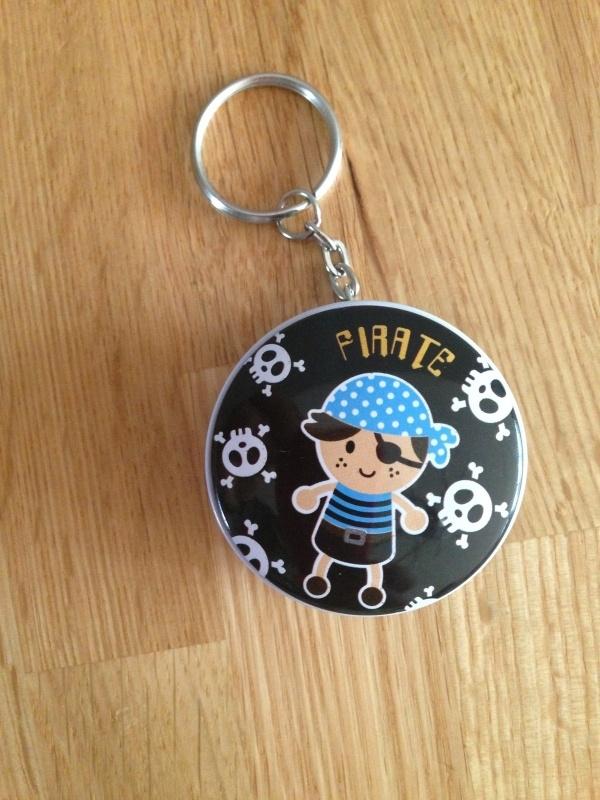 piraat sleutelhanger blikje met 2 gummen aantal  prijs per stuk