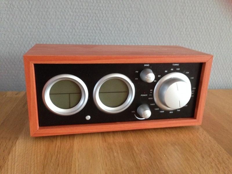 houten radio met klok en thermometer retro model