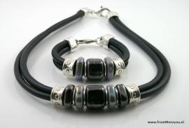 Handgemaakte ketting en armband zwart snake en zwart leer met keramiek