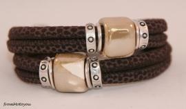 Handgemaakte leren armband bruin suede met spikkel