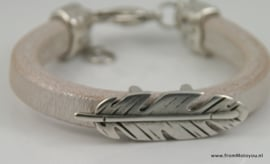 Leren armband met grote metalen veer parelmoer wit