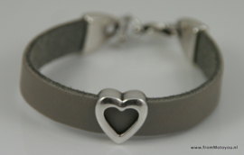 Handgemaakte leren meisjes armband grijs leer met hart