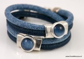 Handgemaakte leren armband donkerblauw met jeansblauw print met schuiver