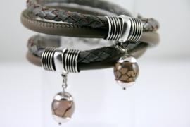 Handgemaakte leren armband grijs gevlochten leer en taupe leer met agaat hanger