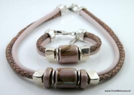 Handgemaakte ketting en armband gevlochten roze en roze leer met roze keramiek