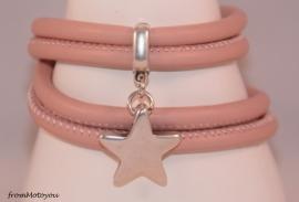Stars on Colours lichtroze leren armband met ster bedel