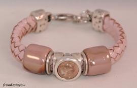 Handgemaakte dames armband gevlochten roze leer met keramieken