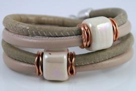 Handgemaakte leren armband beige leer en licht olijfgroen leer met keramiek