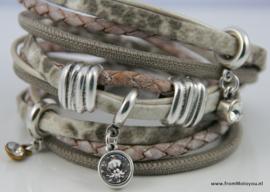 Handgemaakte leren armband taupe met wit diverse bandjes