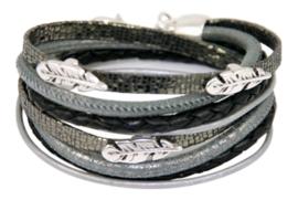 Leren wikkelarmband zwart met grijze combinatie met veertjes