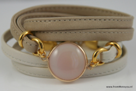 Leren wikkelarmband met licht roze agaat
