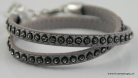 Grijze leren armband met strass